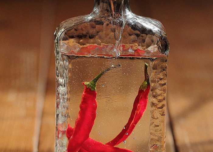 В бутылке с перцовкой обычно оставляют один чили перчик