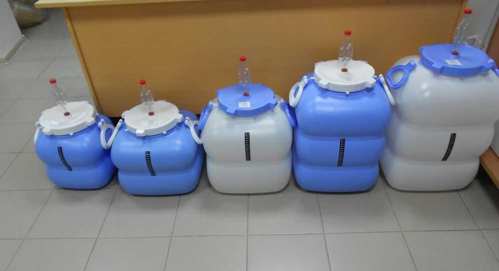 Пластиковая тара в магазинах представлена в большом ассортименте.