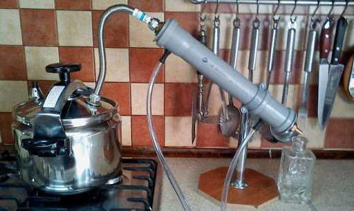 Подача воды осуществляется через нижний шланг, отвод – через верхний